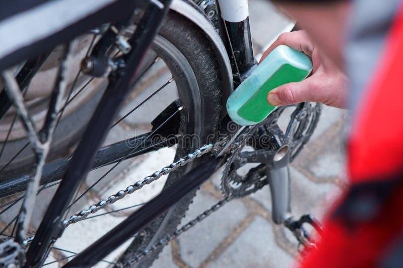 Le vélo, lubrifient, vont à vélo, réparent, embrayent, mécanicien, dérailleur, service photographie stock libre de droits