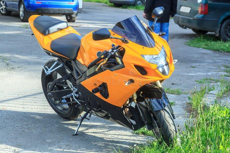 Le vélo orange se tient sur la route photo stock