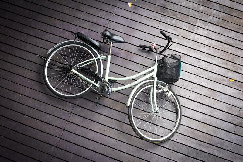 Le vélo s'est écrasé sur le plancher en bois brun, vue supérieure de bicyclette sur le passage couvert images libres de droits