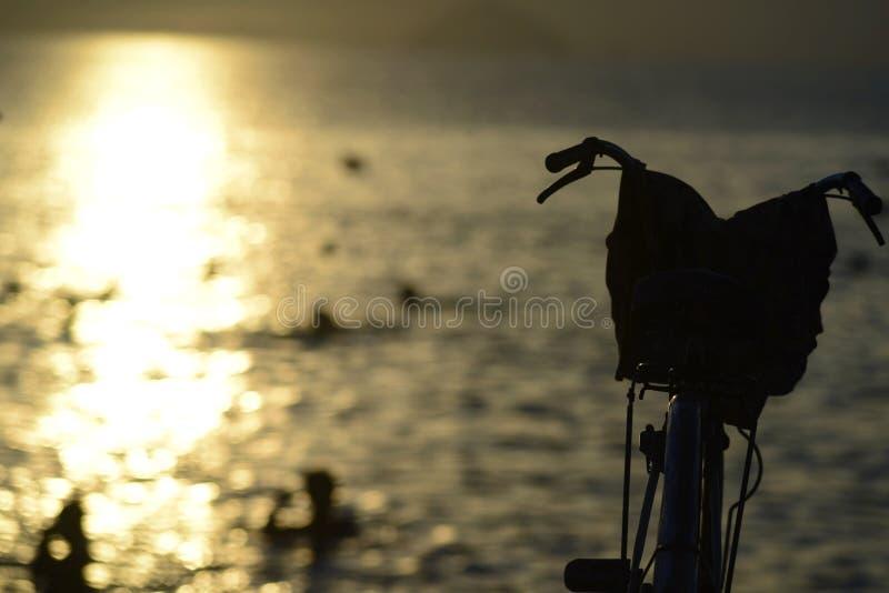 Le vélo sur la plage photographie stock libre de droits