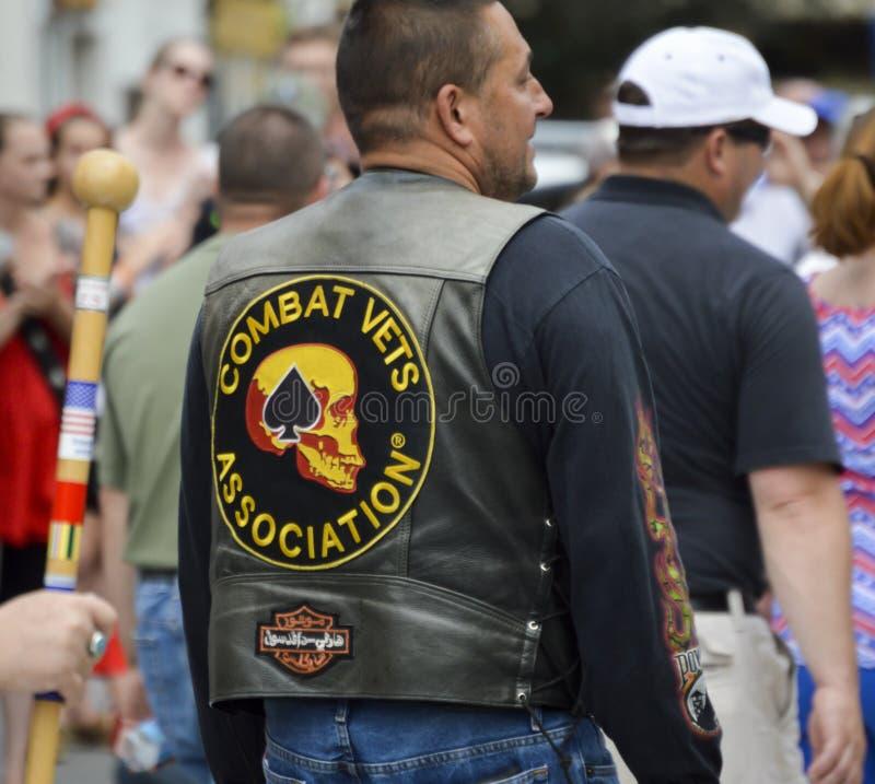 Le vétéran de combat porte le gilet en cuir avec des corrections images libres de droits