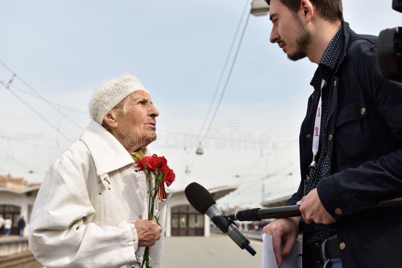 Le vétéran de WWII est interviewé par la presse photo stock