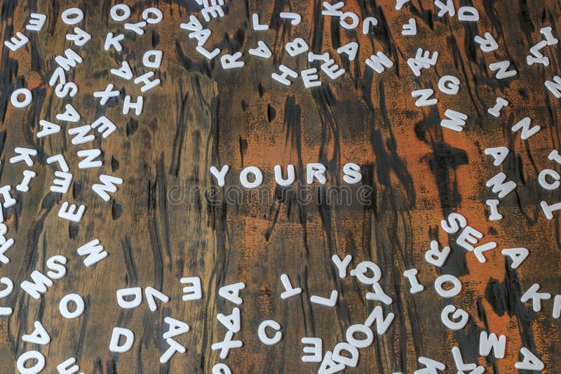 Le vôtre écrit dans les lettres blanches photos stock