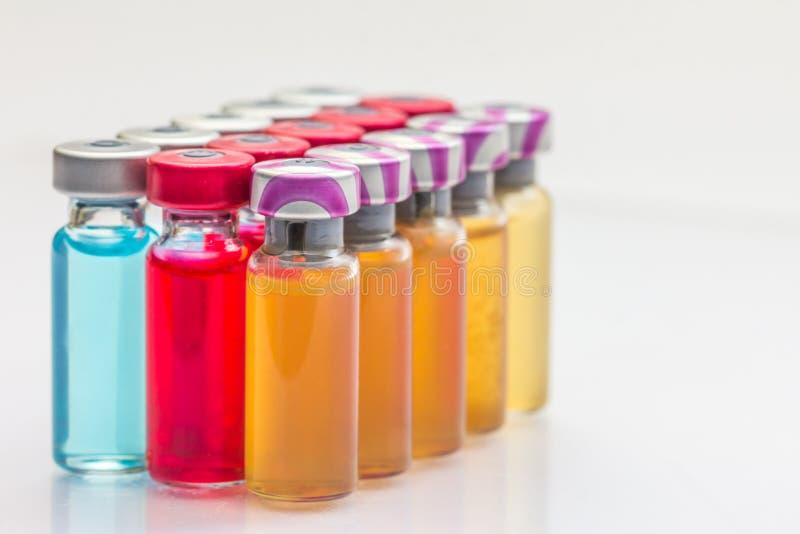 le vaccin et une seringue hypodermique photos stock