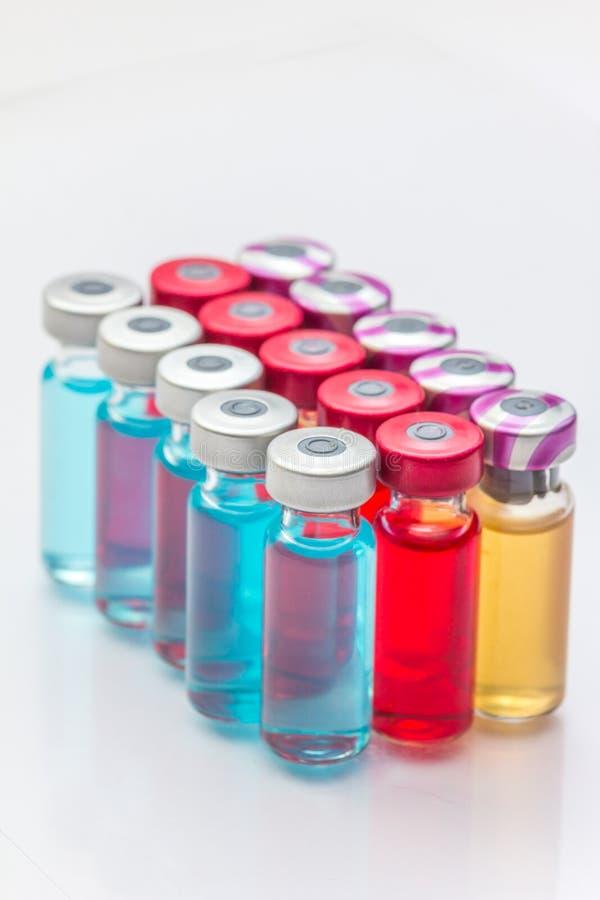 le vaccin et une seringue hypodermique photographie stock libre de droits