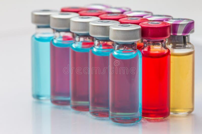 le vaccin et une seringue hypodermique photo stock