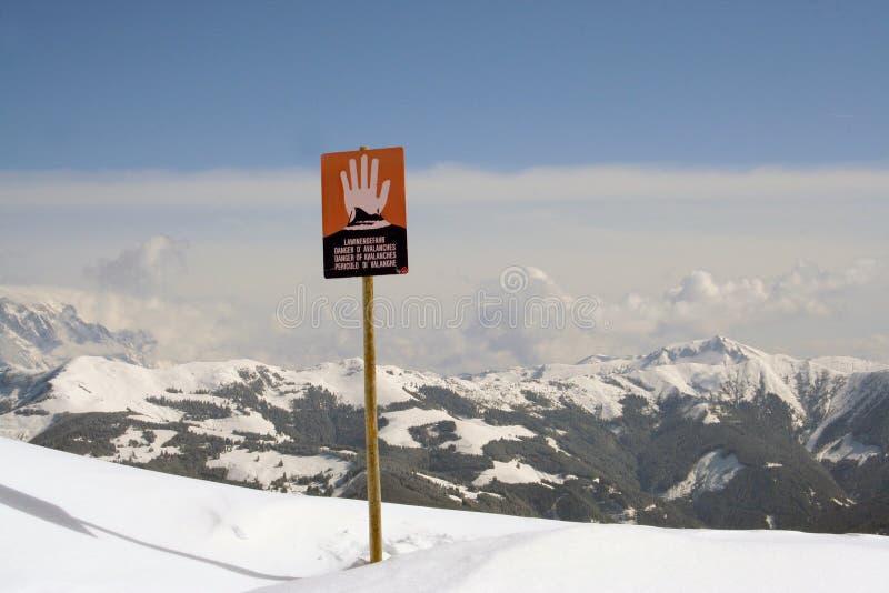Le valanghe firmano dentro le alpi svizzere immagini stock libere da diritti