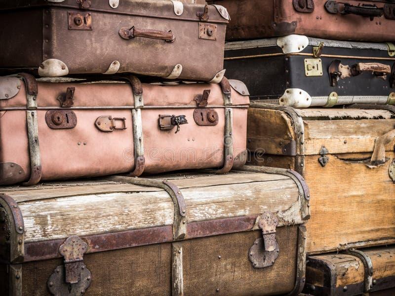 Le valigie di cuoio d'annata hanno impilato verticalmente - Spreewald, Germania fotografia stock