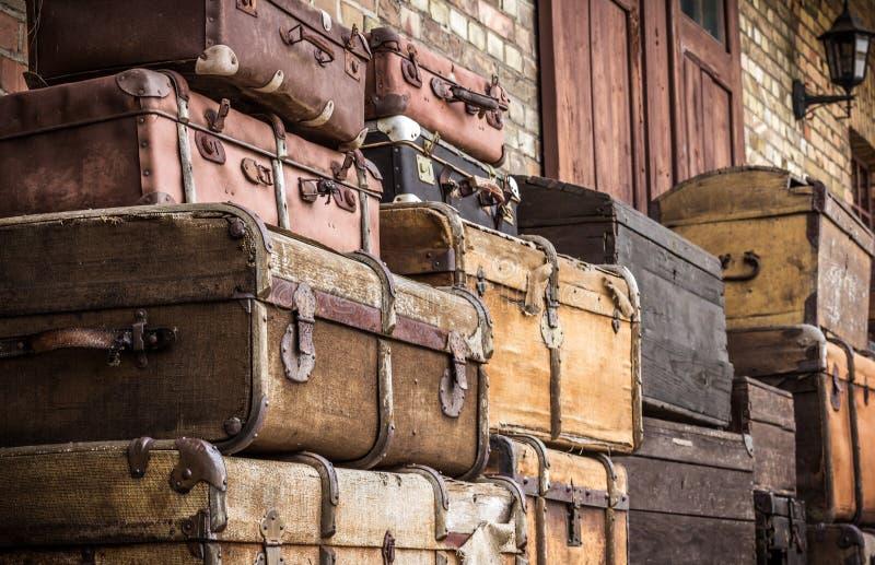 Le valigie di cuoio d'annata hanno impilato verticalmente - Spreewald, Germania fotografia stock libera da diritti