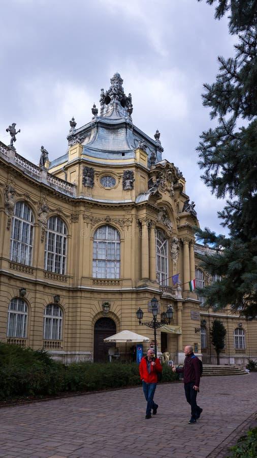 Le vara hongrois-Vajdahunyad de château de Vajdahunyad est un château en parc de ville de Budapest, Hongrie photo stock