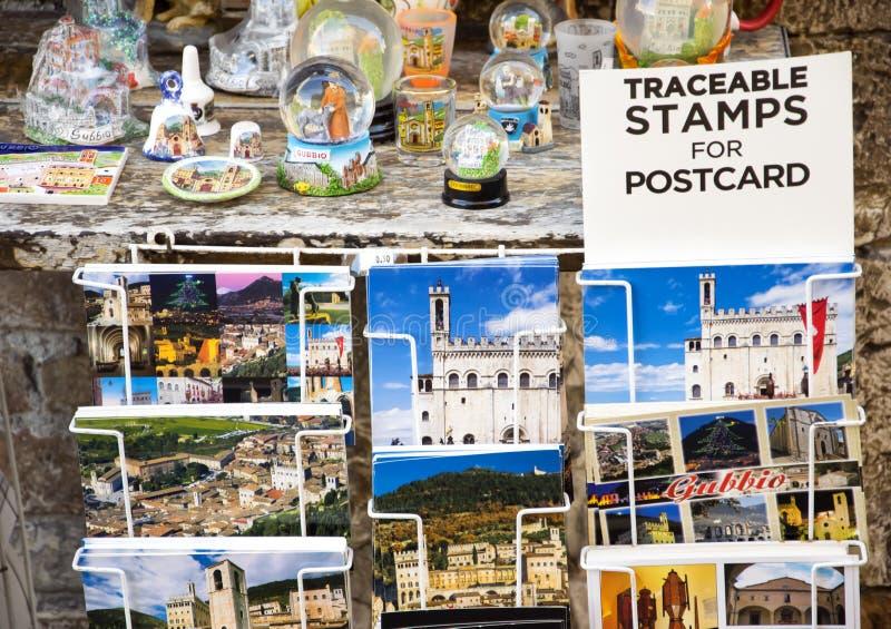 Le varie cartoline dall'Italia hanno visualizzato al negozio di ricordo fotografia stock