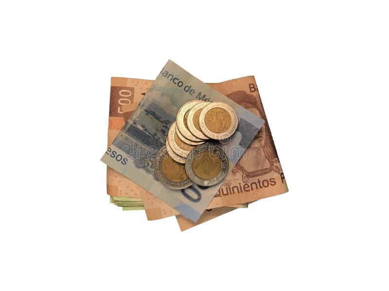 Le varie monete messicane sopra alcune fatture del peso di 100, di 200 e di 500 volta e raggruppato isolato su fondo bianco immagine stock libera da diritti