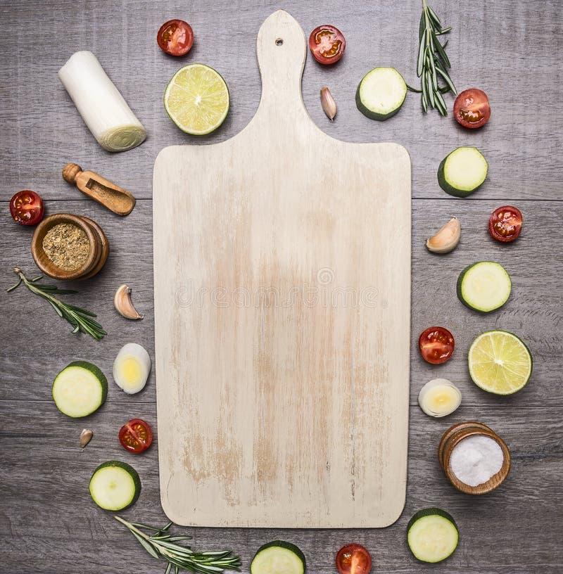 Le varie verdure e la frutta presentate intorno ad un posto bianco d'annata del tagliere per testo, incorniciano il principale ru fotografie stock libere da diritti