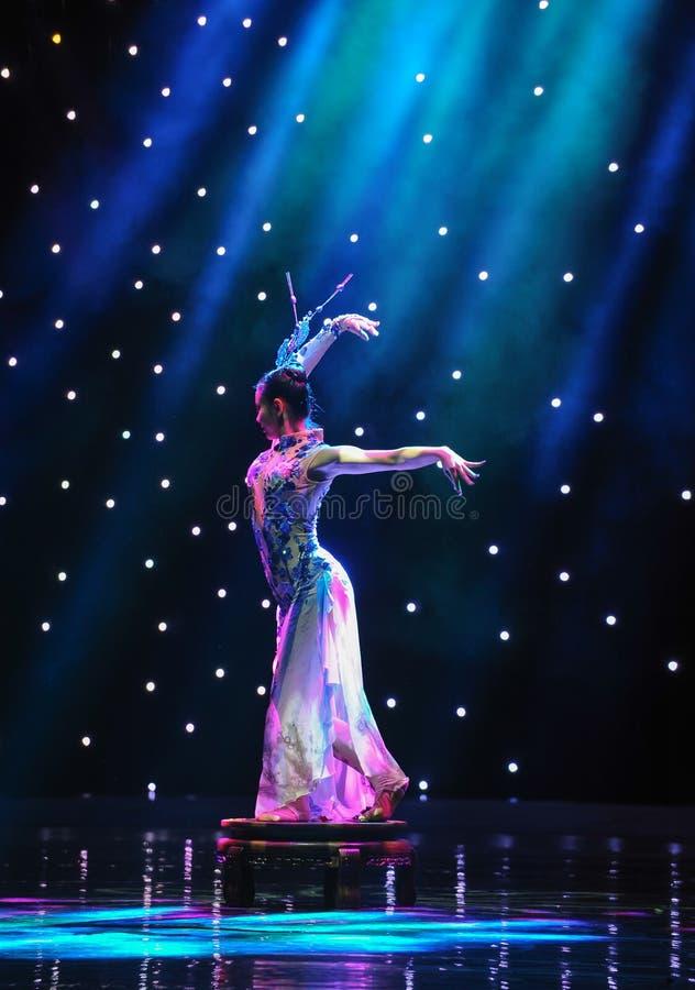 Le vase ---Danse folklorique de porcelaine bleue et blanche photo libre de droits