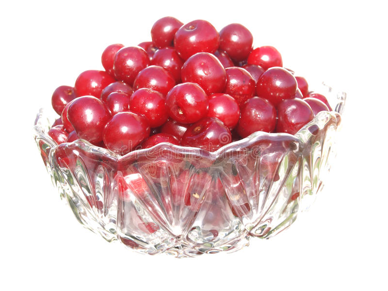 Le vase en verre avec le verre clair a rempli de cerises rouges photo stock