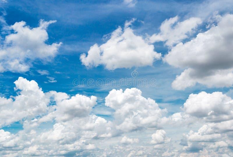 Le vaste ciel et les nuages blancs flottent dans le ciel images stock