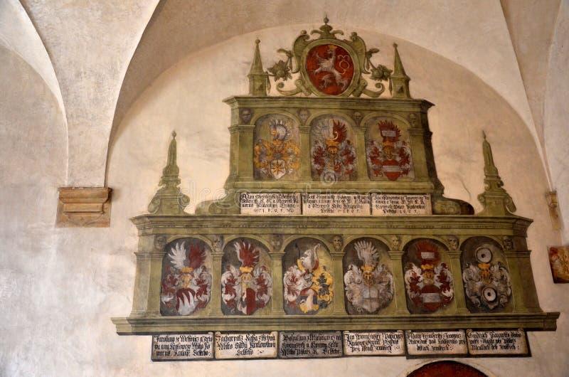 Le vecchie armi di Praga hanno dipinto sulla parete fotografia stock