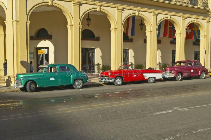 Le vecchie automobili americane classiche hanno parcheggiato davanti all'hotel a vecchia Avana, Cuba fotografia stock