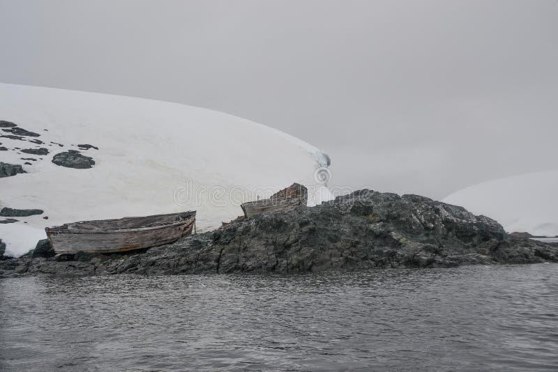 Le vecchie barche a remi hanno lavato su sulla riva fotografie stock libere da diritti