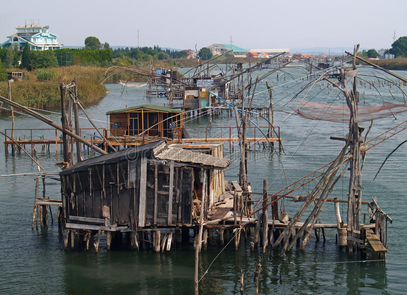 Le vecchie capanne dei pescatori sul rive fotografia stock