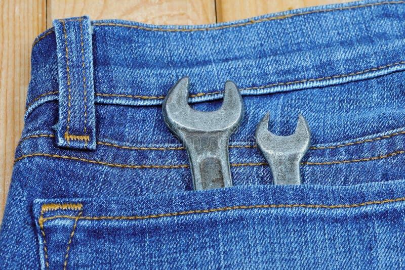 Le vecchie chiavi utilizzate in jeans intascano Chiavi d'annata fotografia stock