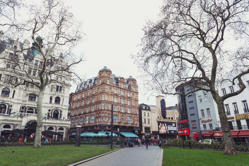 Le vecchie costruzioni con i negozi, i ristoranti e le sedi di spettacolo intorno a Leicester quadrano a Westminster, Londra cent immagini stock