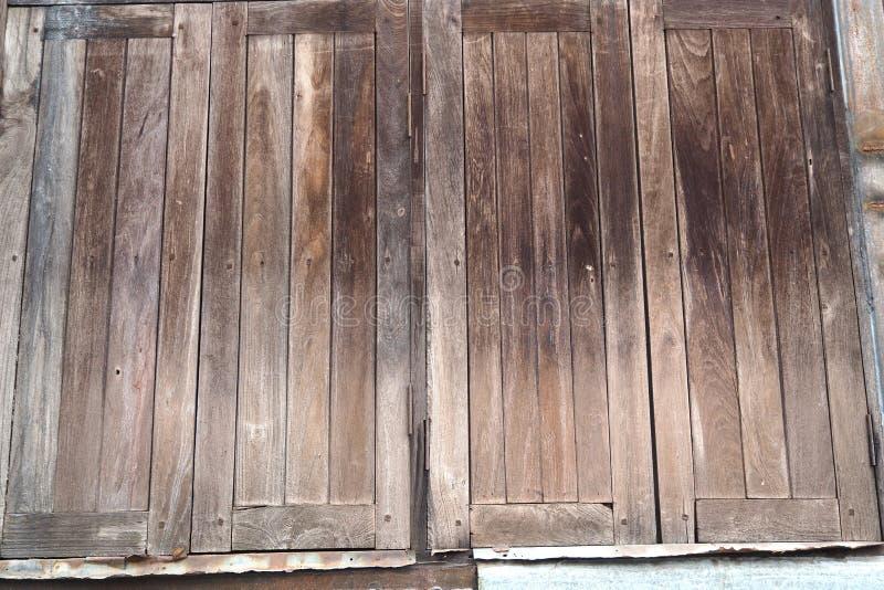 Le vecchie finestre di legno hanno chiuso il fondo fotografia stock