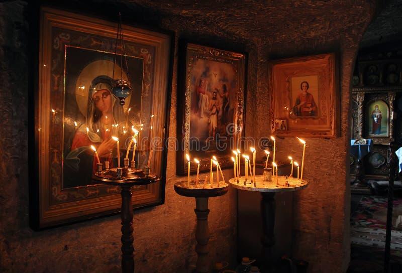 Le vecchie icone e le candele brucianti fotografie stock