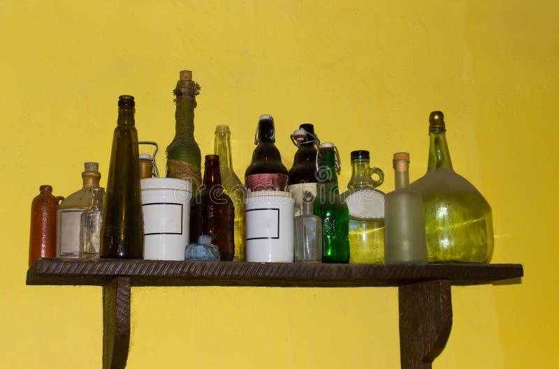 Le vecchie latte della bottiglia d'annata di una farmacia fotografia stock