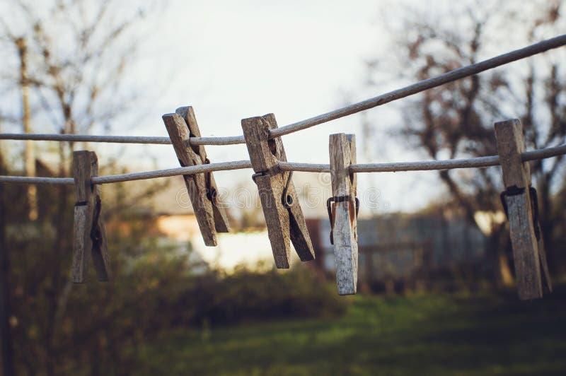 Le vecchie mollette da bucato di legno appendono sulla corda Effetto che tonifica Instagram fotografia stock