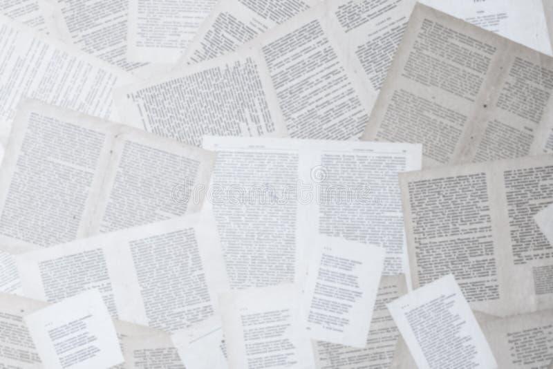 Le vecchie pagine del libro sono spante fuori e sono incollate più fotografie stock