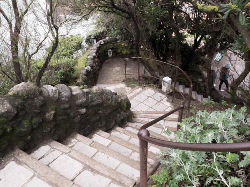 Le vecchie scale di pietra va giù sulla roccia all'acqua di mare L'Oceano Atlantico Biarritz, Francia fotografie stock