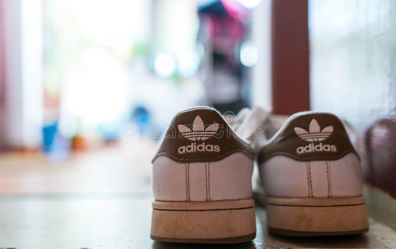 Le vecchie scarpe di sport di Adidas si chiudono sul colpo, la profondità di campo bassa, spazio della copia fotografie stock libere da diritti