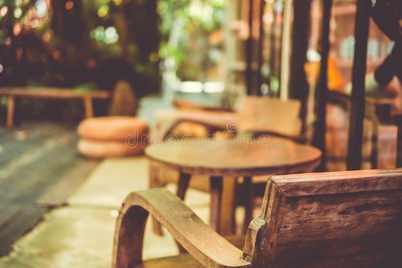 Le vecchie sedie che il retro stile d'annata al balcone dentro moden la casa con la natura intorno per si rilassano e raffreddano immagine stock