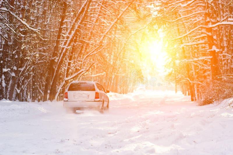 le veiw scénique de la route vide avec la neige a couvert le paysage tout en neigeant dans la saison d'hiver nature photos stock
