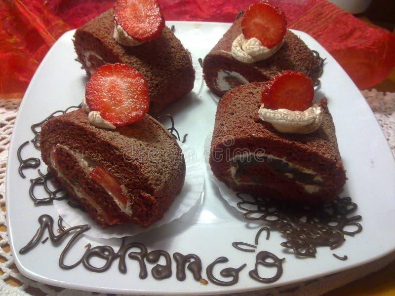 Le velours rouge roule avec les fraises et la crème image stock