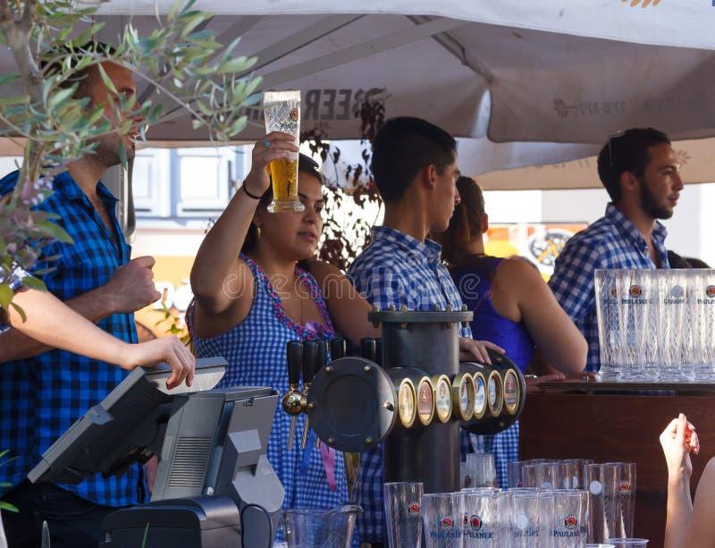 Le vendeur communique avec l'invité du festival au festiv annuel de bière photo stock