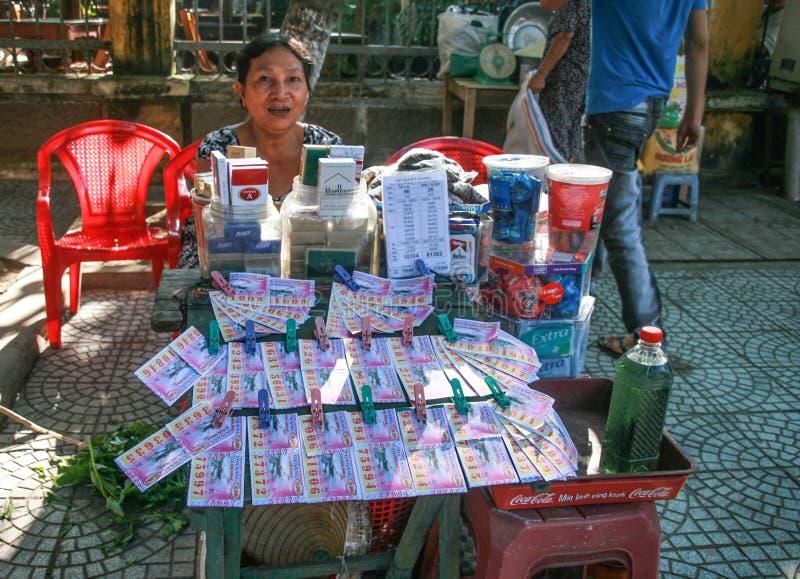 Le vendeur de loterie dans le hoi une ville antique, Vietnam photographie stock