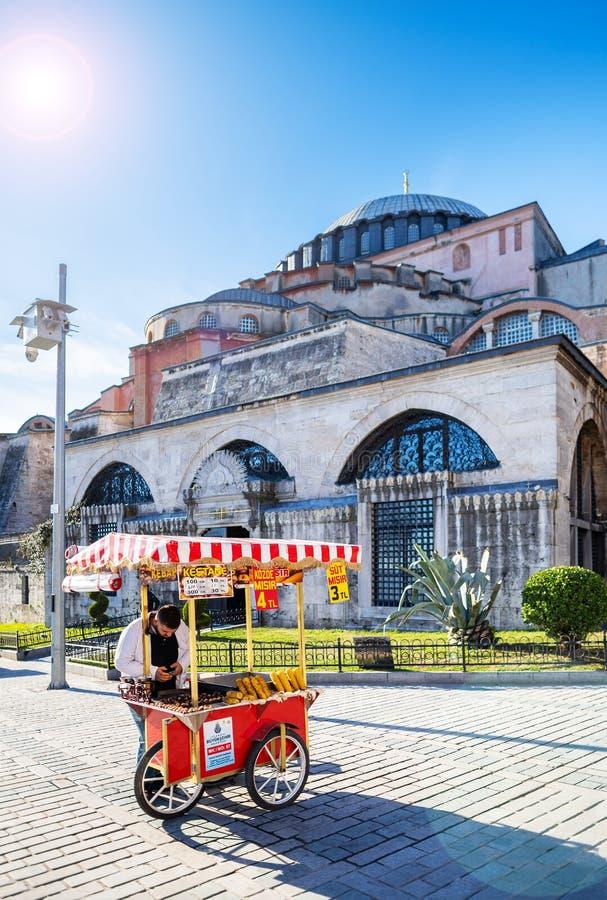 Le vendeur des châtaignes frites dans la perspective de Hagia Sophia image stock