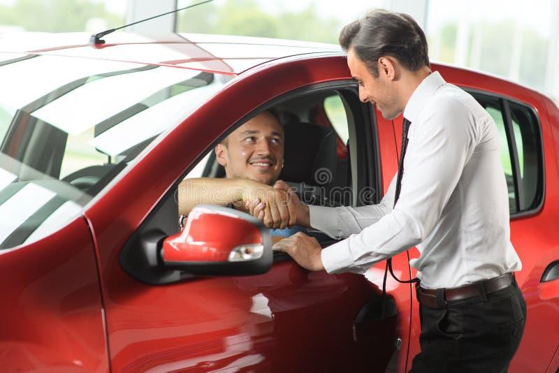 Le vendeur et le client se serre la main photographie stock libre de droits