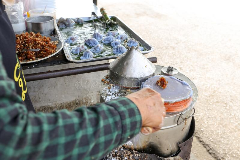 Le vendeur local font la boulette cuite à la vapeur de peau de riz, Khao Kriab Pak Moh chez Mueang, Ratchaburi, Thaïlande images stock