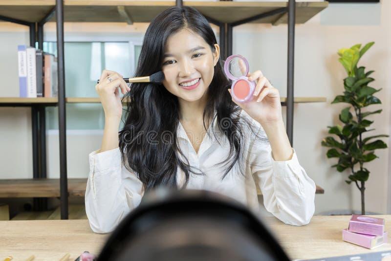Le vendite online sono un approccio popolare di affari Le belle donne stanno presentando i cosmetici dalla spazzola sopra fotografie stock libere da diritti