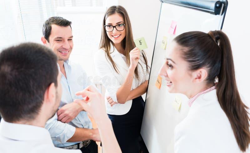 Le vendite Team alla riunione d'affari nella pianificazione dell'ufficio fotografia stock libera da diritti