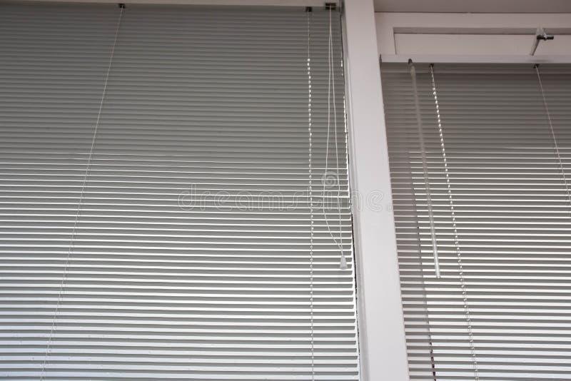 Le veneziane, si chiudono sull'immagine come struttura del fondo, decorazione della finestra fotografia stock libera da diritti