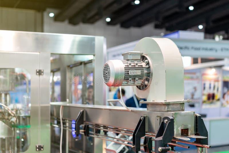 Le ventilateur de haute qualité et le moteur électrique pour industriel installent sur la machine images libres de droits