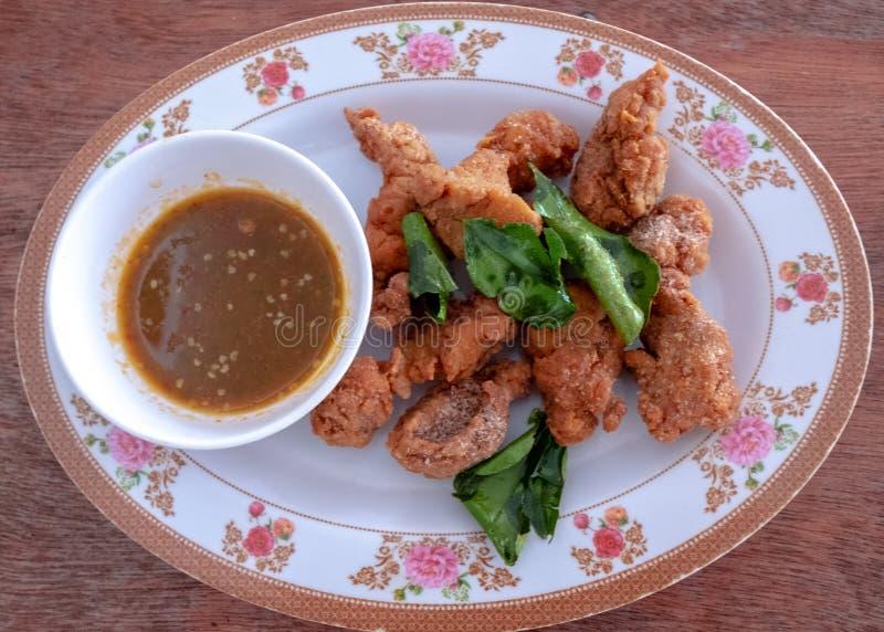 Le ventre de porc frit thaïlandais avec le kaffir croustillant que la chaux part de cette recette est excellent image libre de droits