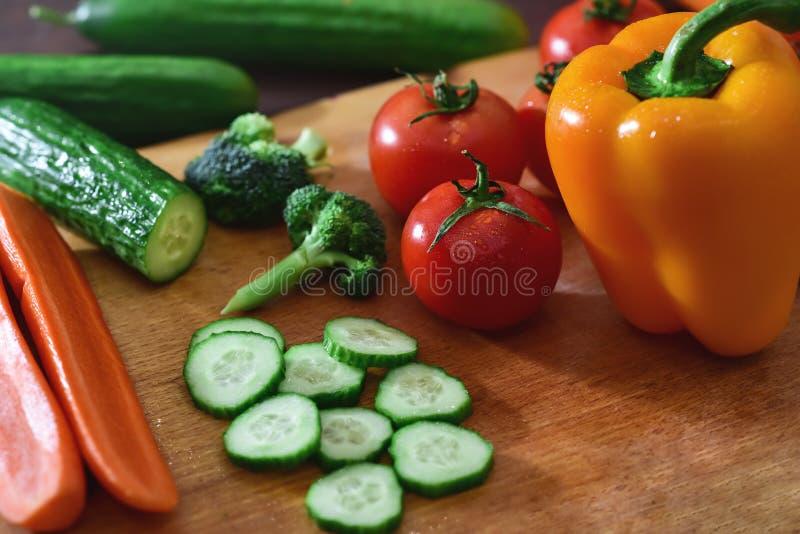Le verdure affettate fresche si trovano su una tavola di legno fotografie stock libere da diritti