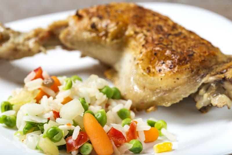 Le verdure bollite gradiscono il riso, piselli e carote ed una di bambino fotografia stock libera da diritti