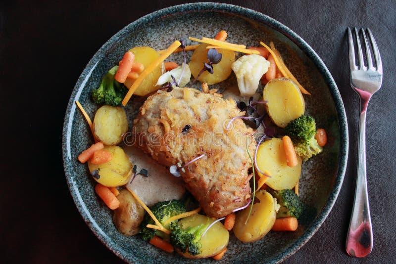 Le verdure delle carote dei broccoli della patata della cotoletta mettono su pianamente il fondo nero rustico fotografie stock libere da diritti