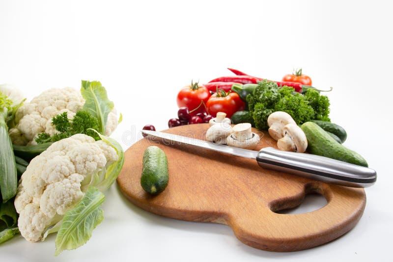 Le verdure hanno messo l'alimento sulla dieta bianca del fondo, ingrediente immagini stock libere da diritti